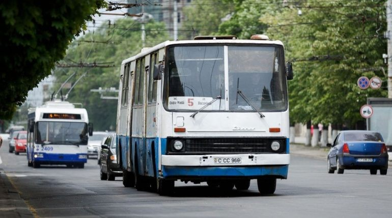 O femeie din Chișinău a cerut despăgubiri morale de la șoferul autobuzului din care a căzut. Ce a decis instanța