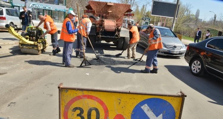 (video) 560 tone de asfalt și 1,5 milioane lei. De la începutul lucrărilor de asfaltare au fost reparați circa 5 mii de metri pătrați de drum