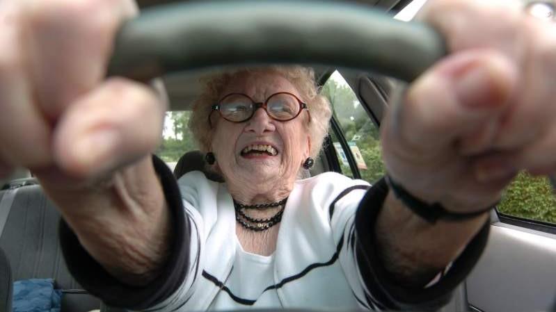 Tineri în etate la volan. O femeie de 67 a devenit cea mai în vârstă șoferiță începătoare din Moldova