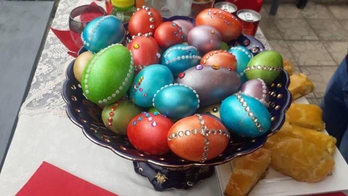 (foto) Ouă ornate cu pietre swarovski și mese pline cu bucate printre morminte. Cum i-au pomenit pe răposați locuitorii din Soroca