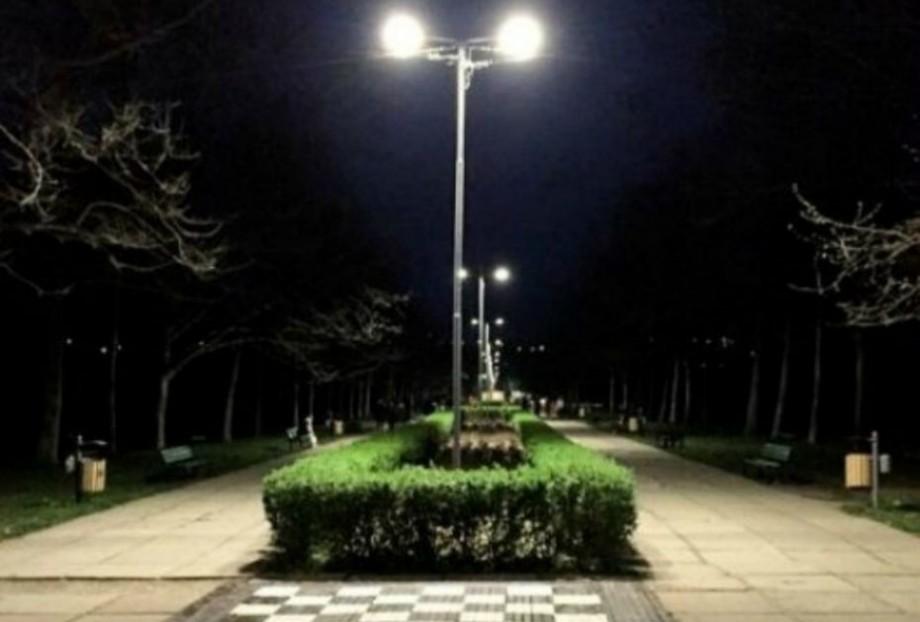"""(foto) """"Să fie lumină"""". În parcul """"La Izvor"""" au fost instalate 47 de LED-uri și a fost trasă peste 1 km de linie electrică"""