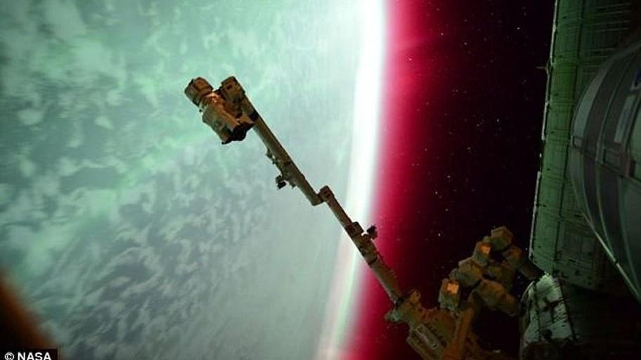 """(foto) """"Răsăritul soarelui distruge aurorele din emisfera sudică"""". Un astronaut a fotografiat aurora boreală din spațiu"""