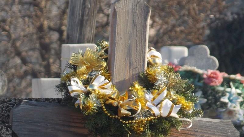 """(foto) """"Afterlife in plastic is fantastic"""". Specialiștii recomandă să nu aduceți flori din plastic la cimitire de Paștele Blajinilor"""