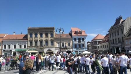 """(foto) Un magazin """"Linella"""" a fost deschis la Rezina. Paznicii au depus mult efort pentru a ține """"fanii"""" mai departe de vedeta zilei"""