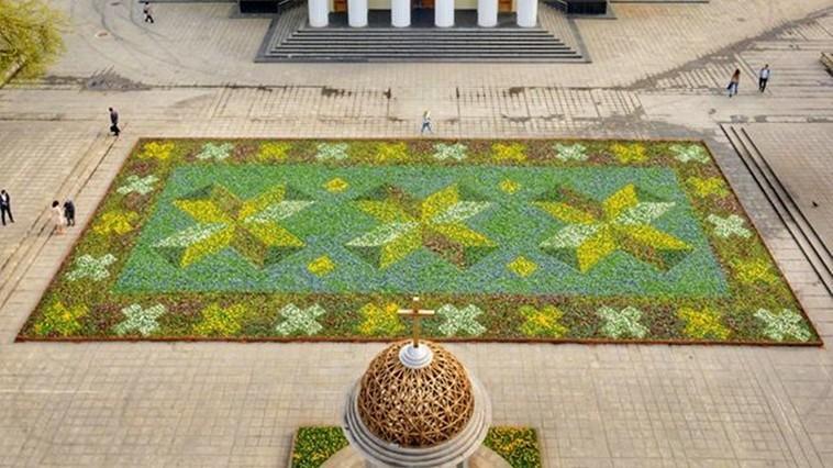 """Covorul floral din scuarul Catedralei """"Nașterea Domnului"""" va fi dezasamblat. Unde vor fi replantate florile"""