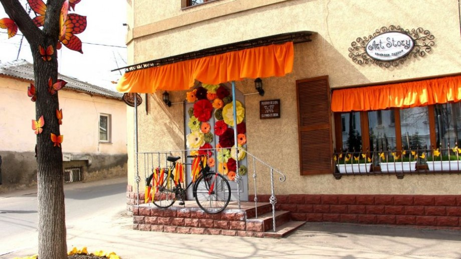 """(foto) Cel mai creativ magazin din Chișinău: """"Art Story"""" – atelierul handmade a cărui fațadă spune o poveste în fiecare sezon"""