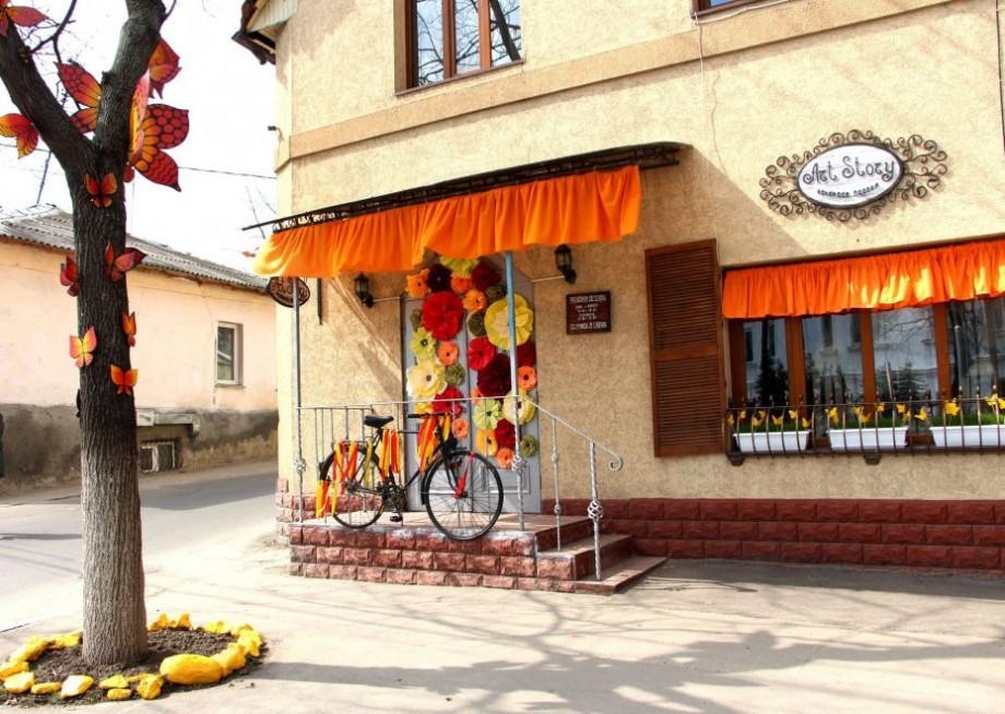 """(foto) Cel mai creativ magazin din Chișinău: """"Art Story"""" – atelierul handmade a cărei fațadă spune o poveste în fiecare sezon"""