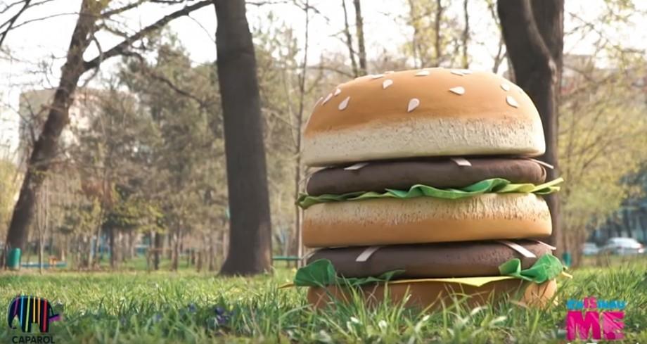 """(video) Îți place mâncarea fast-food? Artiștii de la Chișinău Is Me au """"preparat"""" un burger enorm"""