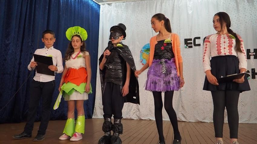 (foto) Ținute vestimentare din materiale reciclabile. Cât de creativi sunt elevii din Lăpușna la acest capitol