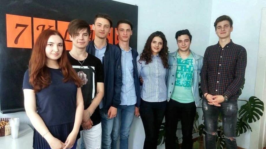 """(foto) Viitorii specialiști în comunicare de la USM au organizat prima lor conferință de presă. Invitații au fost trupa """"7klase"""""""