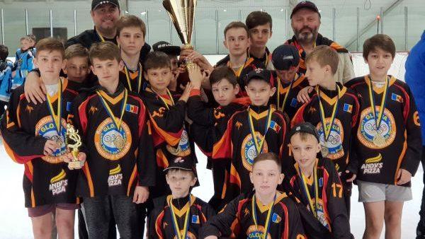 (foto) Au luat trofeul la o competiție internațională. Ce rezultate a înregistrat echipa de hochei de gheață Gloria Chișinău