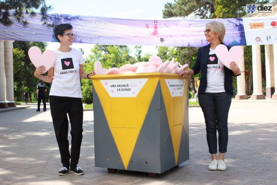 """(foto) """"Ura aruncă inimi la gunoi"""". Vino în """"Scuarul Ion și Doina Aldea-Teodorovici"""" și salvează o inimă de la ura societății pentru persoanele homosexuale"""