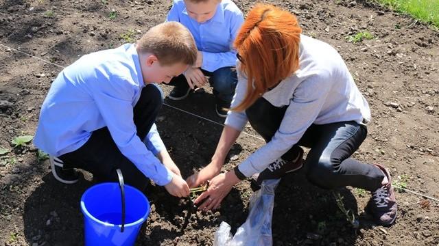 (foto) Colectează separat deșeurile și plantează flori. Elevii unui liceu din Capitală învață cum să salveze planeta