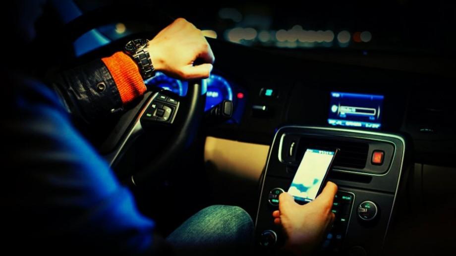 Ce amenzi ar putea primi șoferii care vorbesc la telefon sau folosesc dispozitive similare în timp ce conduc