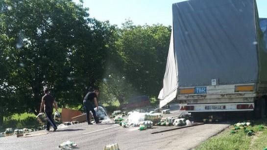 (foto, video) Sute de sticle de bere au ajuns pe stradă. Un accident neobișnuit s-a produs în apropiere de Comrat
