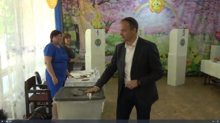"""(video) Andrian Candu și-a exprimat votul. """"Vrem ca orașul Chișinău să revină la faima și imaginea sa frumoasă"""""""