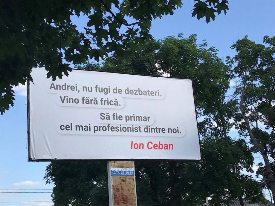 Un dialog mai eficient decât pe Skype. Ion Ceban îi trimite un mesaj lui Andrei Năstase printr-un panou publicitar