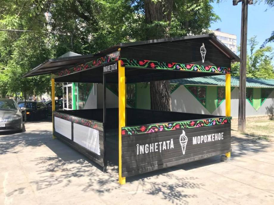 (foto) Chioșc cu elemente tradiționale în Parcul Catedralei. Cum arată noul pavilion unde se va vinde înghețată