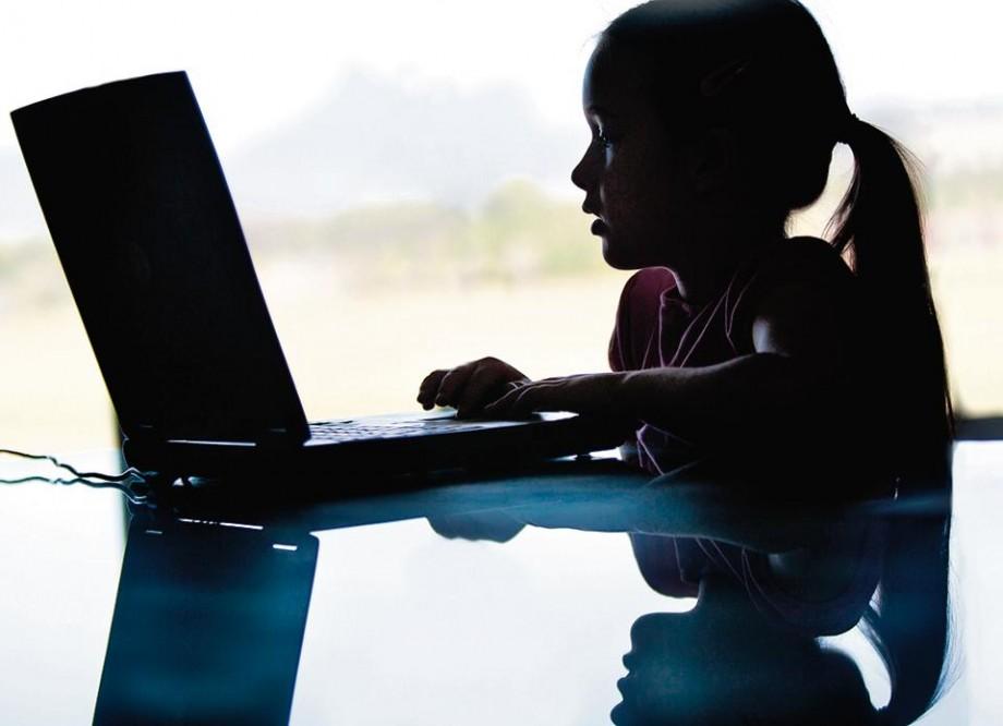 """(video) """"Lumea ta virtuală este ca și camera ta privată"""". Ce să (nu) spui mamei și tatei despre activitatea ta în mediul online"""
