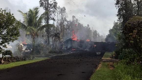 (video) Mai multe case din Hawaii au suferit pagube după cutremure și apariția de fisuri cu lavă
