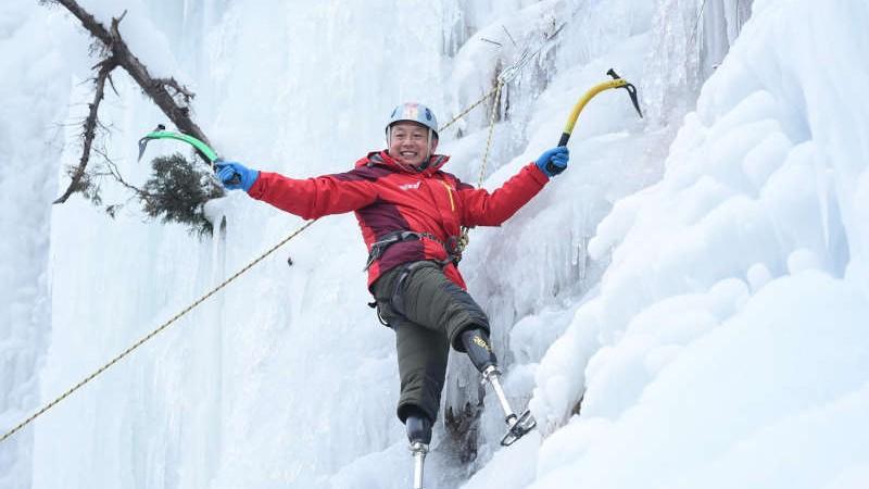 După mai multe tentative, un alpinist chinez cu membrele posterioare amputate a reușit să cucerească Everestul