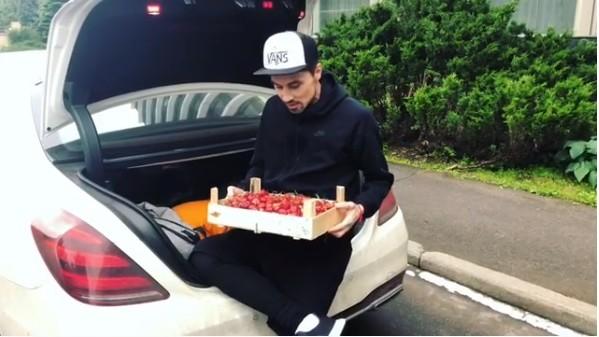 (video) Căpșuni de la iepuraș pentru Dima Bilan. Filip Kirkorov împarte prietenilor roada culeasă din satul de baștină a lui Igor Dodon