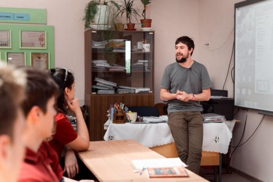 """""""Tehnologiile și antreprenoriatul trebuie studiate de pe băncile școlii."""" Află care sunt avantajele proiectului TwentyTu de la tânărul antreprenor Alex Lebedev"""