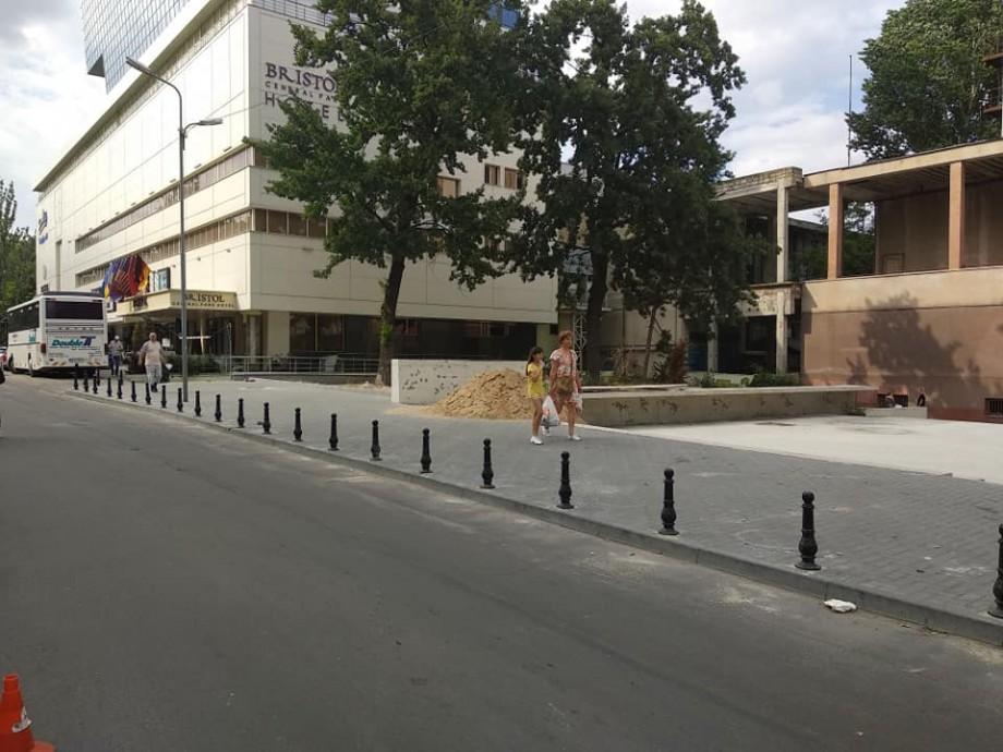(foto) Fără mașini pe trotuarul din preajma scuarului Cehov. Acesta a fost îngrădit cu piloni stradali