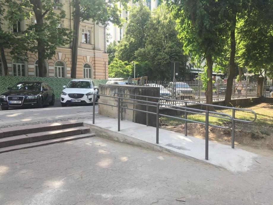 (foto) În Grădina Publică a apărut o rampă pentru persoane cu dizabilități și părinți cu cărucioare