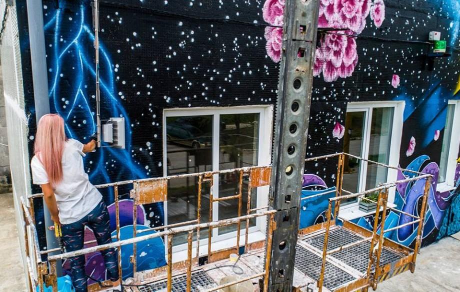 """(foto, video) """"Desenat complex, dar gol pe dinăuntru"""". Pe un perete din Capitală a apărut o nouă murală marca Izzy Izvne"""