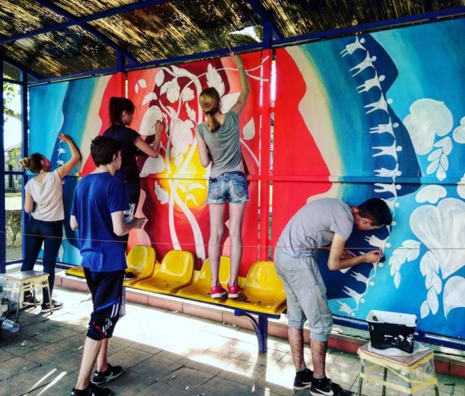 """(foto) Vor """"să coloreze"""" rutina zilnică a trecătorilor. Cine sunt tinerii care pictează stațiile din Chișinău"""