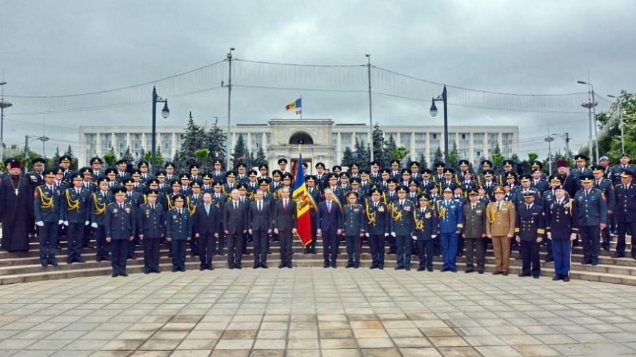 """(foto, video) Absolvenții Academiei Militare a Forţelor Armate """"Alexandru cel Bun"""" au primit diplomele de licenţă şi gradul militar de """"locotenent"""""""