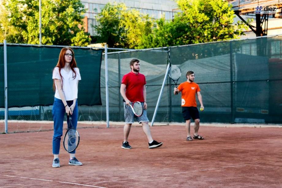 (foto) Echipa #diez, la primul joc de tenis. Ce trebuie să știe fiecare începător înainte de a păși pe teren