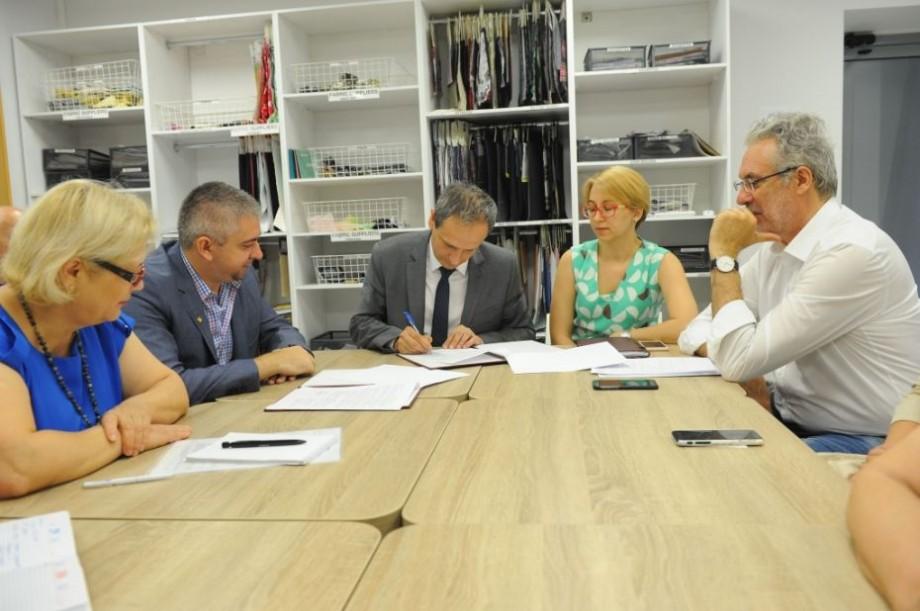 Stagii de practică pentru studenți, cu posibilitatea angajării. Universitatea Tehnică va colabora cu o fabrică de confecții din România