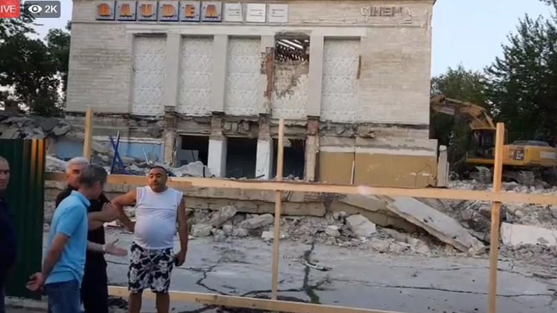 (video) Cinematograful Gaudeamus se demolează chiar acum. Andrei Năstase le cere oamenilor să iasă în stradă