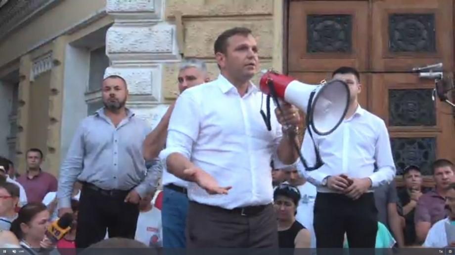 """(live video) """"Jos mafia"""". Andrei Năstase împreună cu sute de oameni protestează în fața Primăriei"""