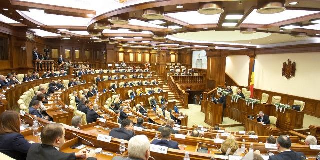 """""""Sergiu Cioclea câștigă câte 3500 de lei pe zi"""". Parlamentul a respins inițiativa PCRM cu privire la plafonarea salariilor demnitarilor publici"""