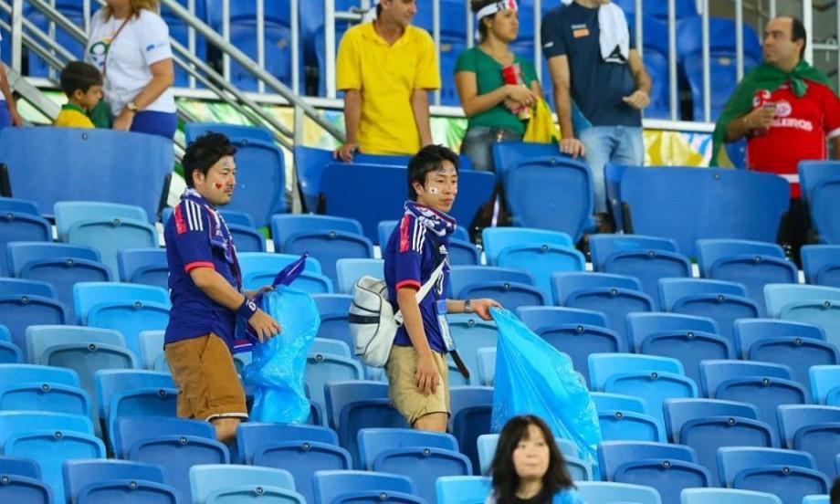 (video) Exemplu demn de urmat din partea fanilor Japoniei. Au strâns deșeurile de pe tribune după meci