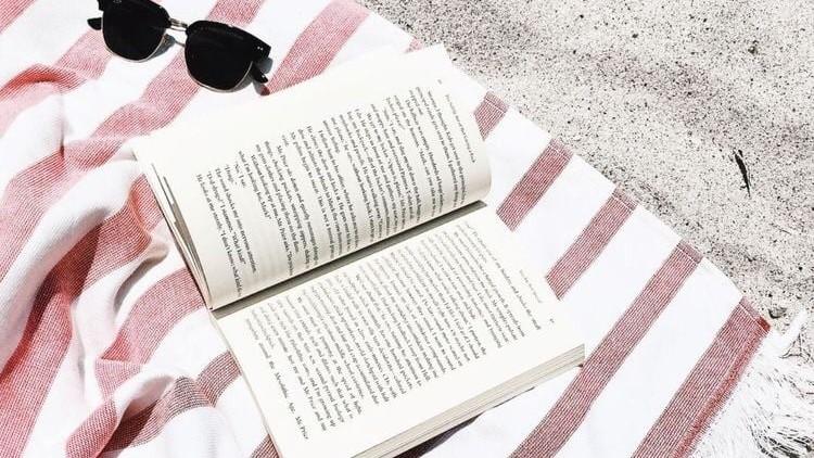 Lectură estivală. 30 de titluri de cărți care ar trebui să apară în bibliotecă oricărui cititor în această vară