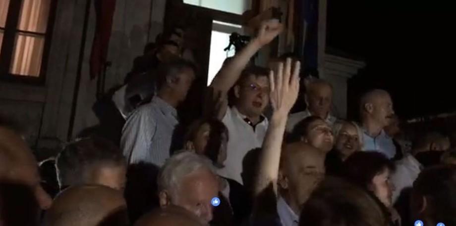 """(live) Membrii PPDA au ieșit în fața sediului și scandează """"Victorie"""", după ce Andrei Năstase a câștigat alegerile"""