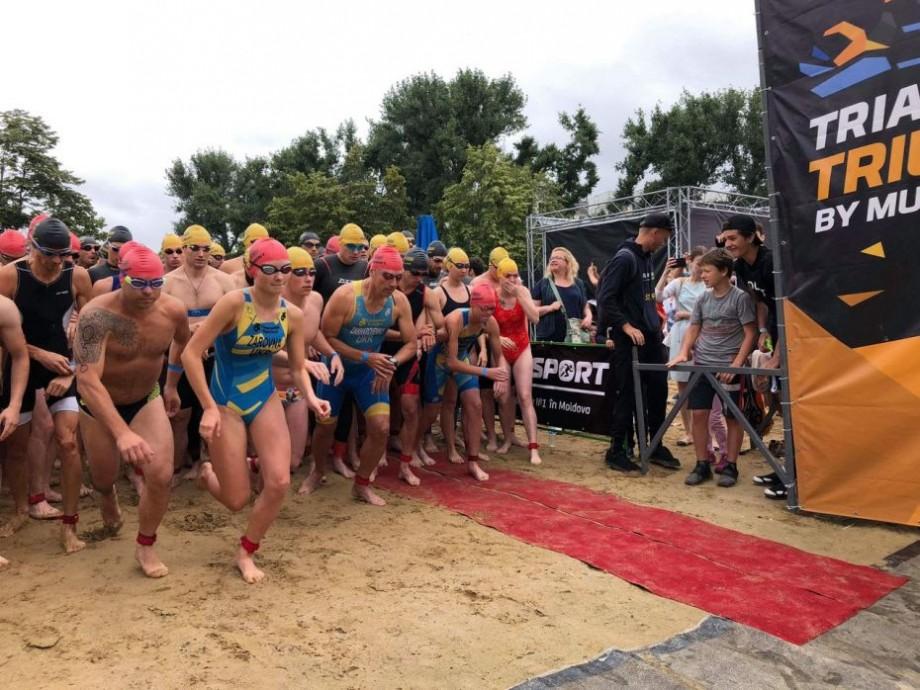 (foto) Înot, ciclism și alergare. Cum s-a desfășurat și cine sunt câștigătorii celui de-al doilea campionat de triatlon în aer liber de la Chișinău