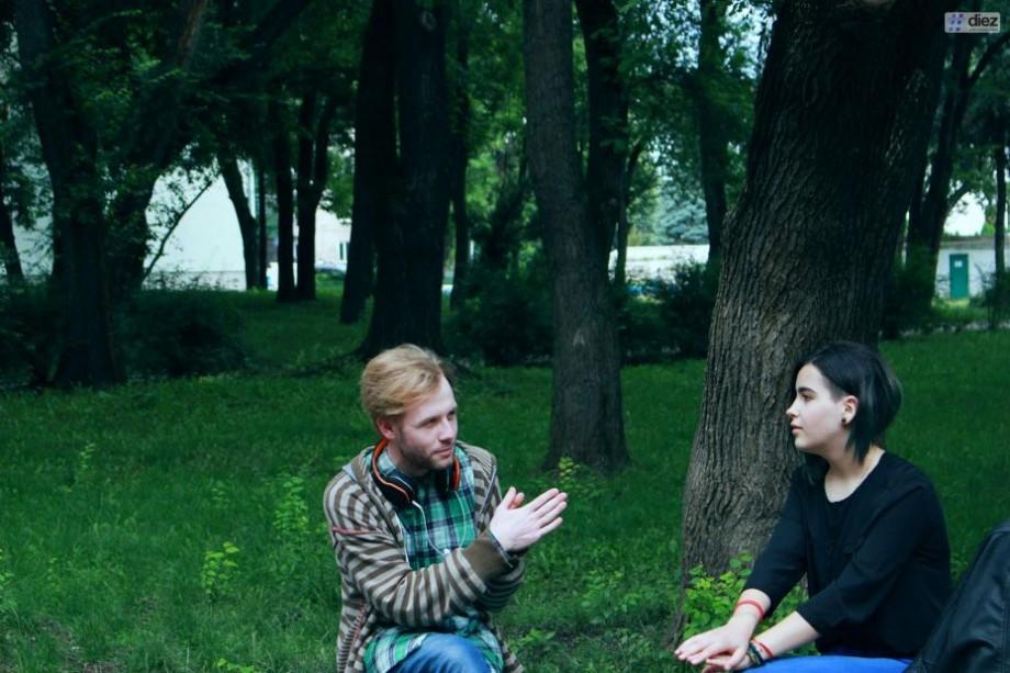 """(foto, video) """"Dacă nu ar exista muzica, aș muri"""". Irina Revenco, tânăra din Bălți care a devenit vedetă grație concertelor live din oraș"""