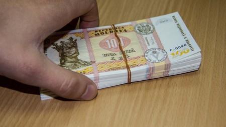 (foto) Kilometri de hârtie sunt cărați de la poștă. E-Guvernarea rămâne a fi doar un vis, în timp ce birourile angajaților sunt folosite pe post de arhivă