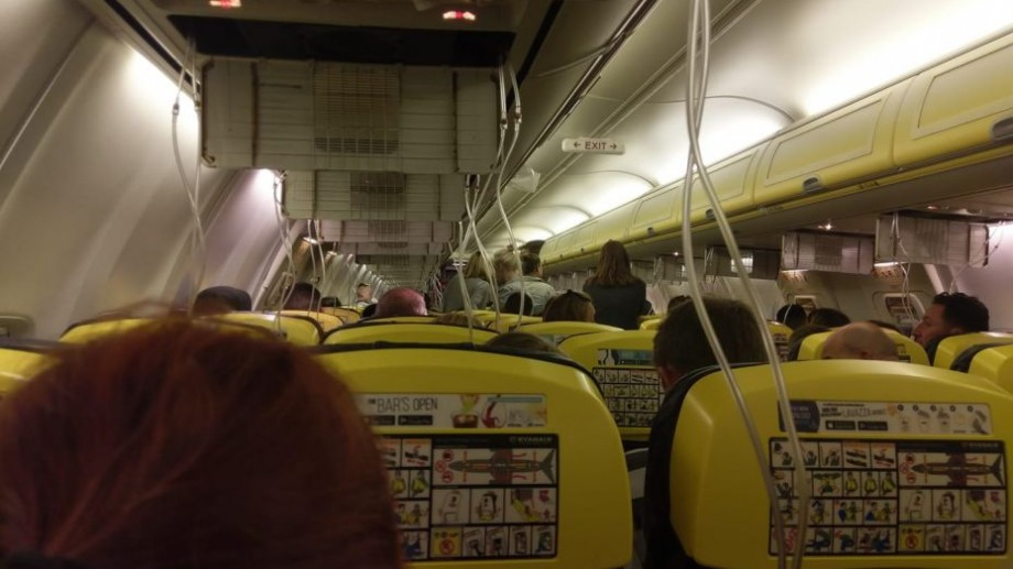 (foto) Peste 30 de pasageri au avut de suferit în urma depresurizării cabinei aeronavei a companiei Ryanair