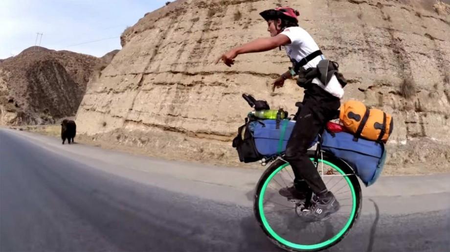 Prima persoană care a făcut turul lumii pe un monociclu și-a încheiat călătoria