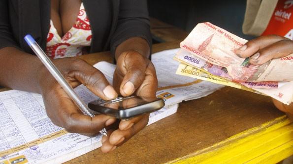 Uganda a introdus taxe pentru accesarea reţelelor de socializare. Câți bani sunt nevoiți să achite cetățenii