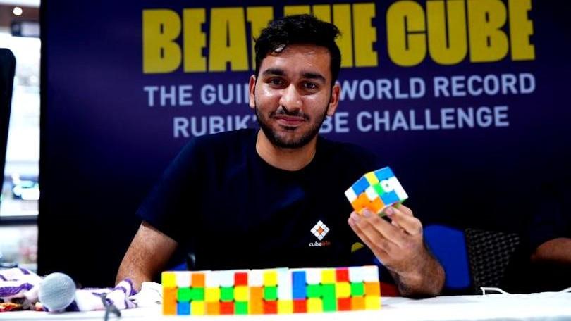 (video) 2.474 de cuburi în 24 de ore, folosind o singură mână. Un tânăr din India a înregistrat un nou record
