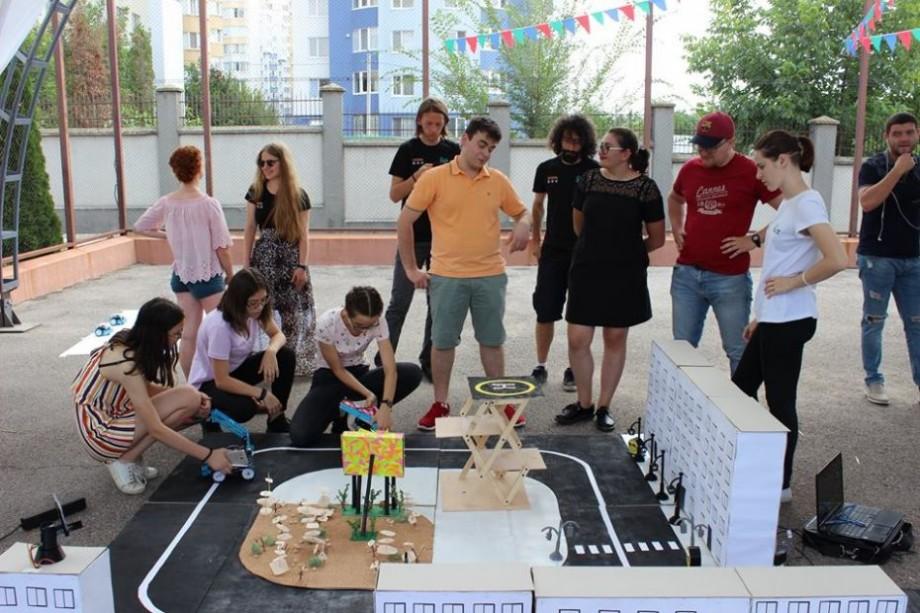 (foto, video) Au învățat modelarea 3D, robotica și au construit un Smart city. Cum s-a desfășurată tabăra de vară #GirlsGoIT