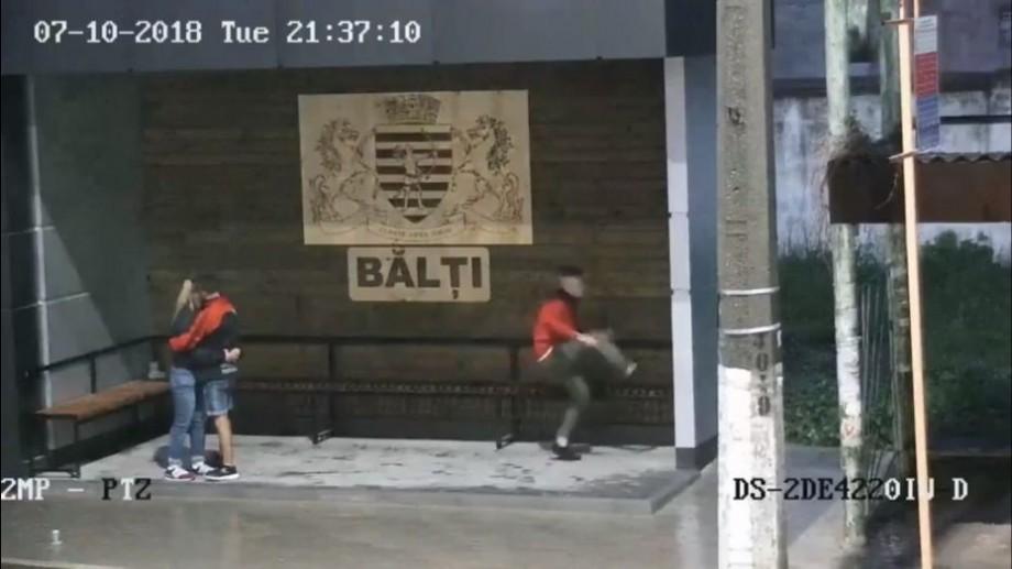 """(video) """"Dragoste vs Răzbunare"""". Un tânăr din Bălți a început din senin să vandalizeze o stație abia renovată"""