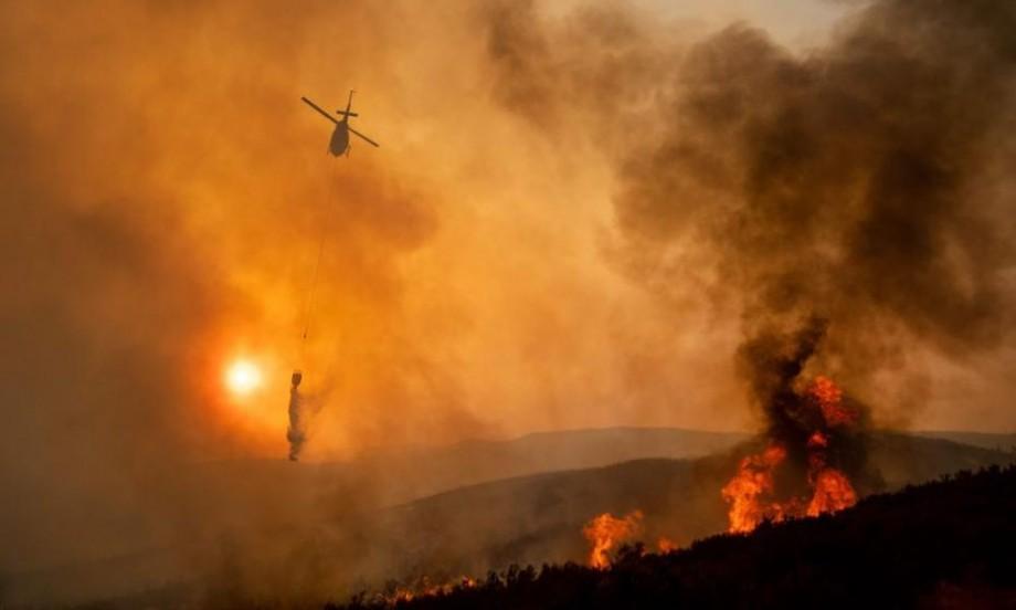 (video) 4000 de pompieri se luptă cu cel mai mare incendiu de vegetaţie din istoria Californiei. Situația iese de sub control